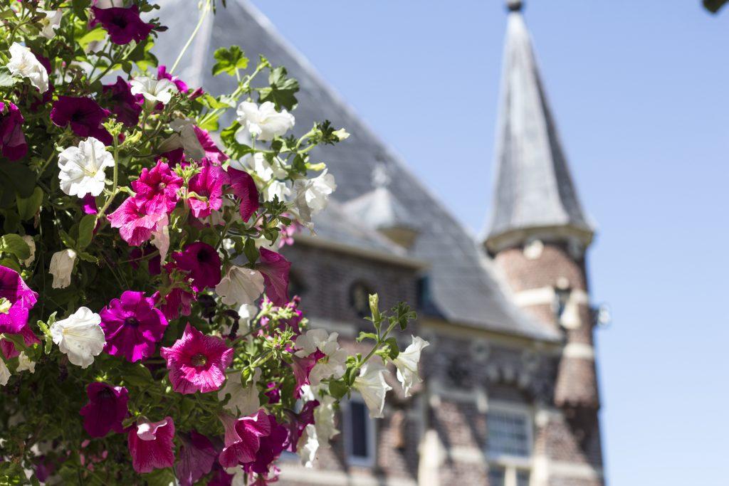 Kasteeltoren met bloemen - Stichting Vrienden Museum Kasteel Wijchen